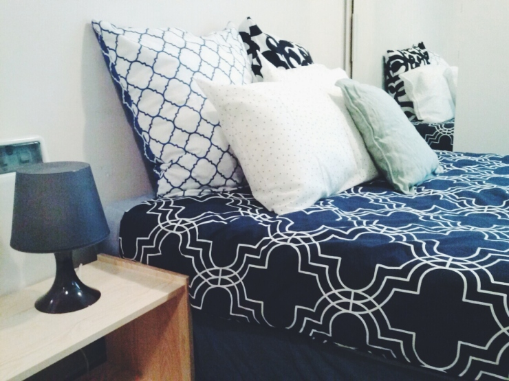 911/268 Flinders Street Melbourne double bed linen cushion bedside view