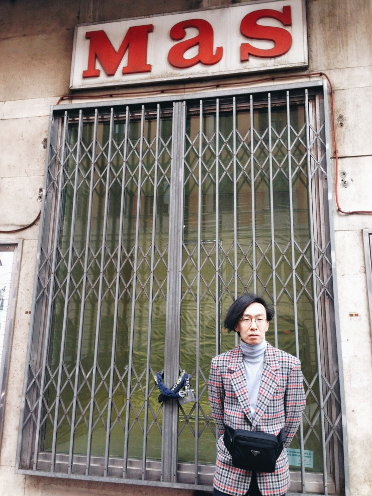 OOTD outside MAS Esquilino Rome wearing vintage blazer and Prada waist pouch